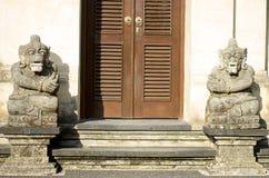 Dwa rzeźba przed balijczyka domem obraz royalty free