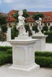 Dwa rzeźby aniołowie przy pięknym barokiem uprawiają ogródek Zdjęcia Stock
