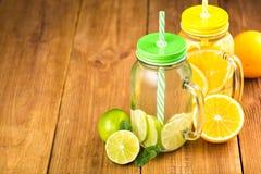Dwa słoju detox woda z plasterkami pomarańcze i wapno Obraz Stock