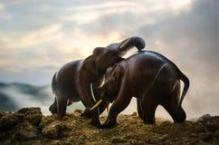 Dwa słonia byka oddziałają wzajemnie i komunikują podczas gdy sztuka bój Fotografia Royalty Free