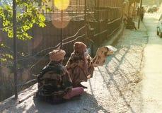 Dwa sadhus obsiadanie na drodze w Rishikesh Zdjęcia Royalty Free