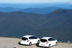 Dwa samochodu Na szczycie górskim Zdjęcie Royalty Free
