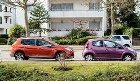 Dwa samochodu parkuj?ca Peugeot ulica zdjęcia stock