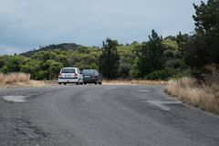 Dwa samochodu stoi na stronie droga obraz stock