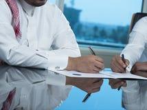 Dwa Saudyjskiej biznesmen ręki Podpisuje Ducument Zdjęcie Stock