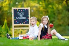 Dwa schoolkids uroczy mały czuć excited o iść z powrotem szkoła zdjęcia stock