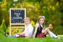 Dwa schoolkids uroczy mały czuć excited o iść z powrotem szkoła obraz stock