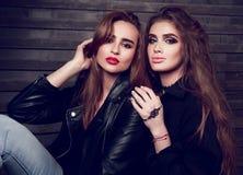 Dwa seksowna piękna kobieta z jaskrawym makeup, długą fryzurą, i obrazy royalty free