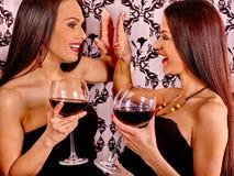 Dwa seksownej lesbian kobiety z czerwonym winem Zdjęcia Royalty Free