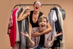 Dwa seksownej pięknej dziewczyny są szaleni o modzie odziewają zdjęcia royalty free