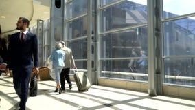 Dwa seniora chodzi z walizką zbiory