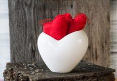 Dwa serc gałązki deski bielu Czerwona filiżanka Zdjęcie Royalty Free