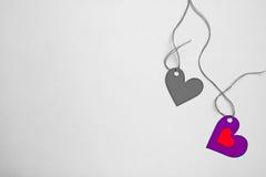 Dwa serc papierowy przypływ sznurek na desaturate tle zdjęcia royalty free