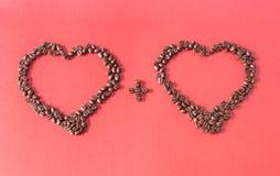 Dwa serca Komponującego Kawowe fasole Zdjęcia Royalty Free