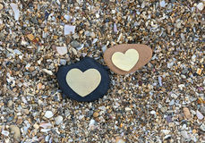 Dwa serca na czerni i rewolucjonistki skałach na piasku Zdjęcia Royalty Free