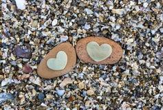 Dwa serca na Czerwonych skałach na piasku Obraz Royalty Free