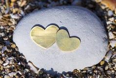 Dwa serca na Jaskrawej skale na piasku Obrazy Stock
