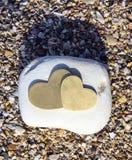 Dwa serca na Jaskrawej skale na piasku - portret Obraz Royalty Free