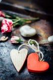 Dwa serca odskakującego wpólnie dni tła złote serce jest czerwony walentynki Zdjęcia Royalty Free