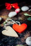 Dwa serca odskakującego wpólnie dni tła złote serce jest czerwony walentynki Zdjęcie Stock