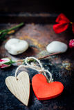 Dwa serca odskakującego wpólnie dni tła złote serce jest czerwony walentynki Fotografia Stock