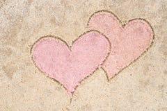 Dwa serca rysuje w piasku Zdjęcia Stock