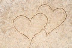 Dwa serca rysuje w piasku Fotografia Stock