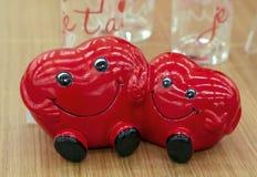 Dwa serca są uśmiechniętych i mienia rękami Ceramiczna figurka dwa serca obrazy stock