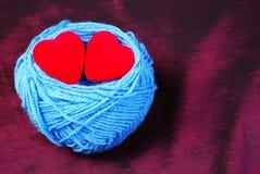 Dwa serca w rodziny gniazdeczku Valentine& x27; s dzień obraz stock