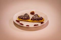 Dwa serce kształtował waffels dowcipu truskawkowego dżem i koks mąkę dalej Obraz Royalty Free