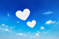 dwa serce kształtującej chmury na niebieskim niebie dla valentine półdupków i wzoru Obrazy Royalty Free