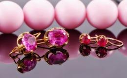 Dwa setu złociści kolczyki z rubinami i aleksandrytami Fotografia Royalty Free