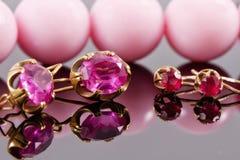 Dwa setu złociści kolczyki z rubinami i aleksandrytami Obrazy Stock