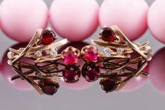 Dwa setu złociści kolczyki z rubinami i aleksandrytami Zdjęcie Stock