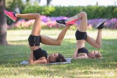 Dwa silna kobieta ćwiczy postępowy joga zdjęcia royalty free
