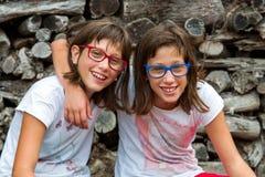 Dwa siostr niepełnosprawny ono uśmiecha się. zdjęcie stock