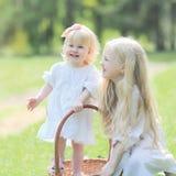 Dwa siostr szczęśliwy mały ono uśmiecha się obrazy royalty free