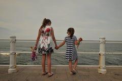 Dwa siostry cieszy się Czarnego Dennego wybrzeże w Rumunia zdjęcie stock