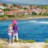 Dwa siostry cieszy się seascape zdjęcia royalty free