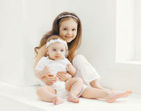 Dwa siostry dziecka bawić się wpólnie w domu Zdjęcie Royalty Free