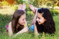 Dwa siostry kłaść w dół w parku obraz stock