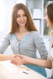 Dwa siostry lub Przyjaźni, rodzinnego interesu lub komunikaci pojęcie, Zdjęcie Royalty Free