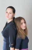 Dwa siostry różni wzrosty Obrazy Stock