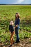 Dwa siostry szczęśliwej z naturą, wiosna w polu zdjęcie stock