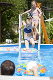 Dwa siostry w bikini blisko pływackiego basenu gorące lato Zdjęcia Stock