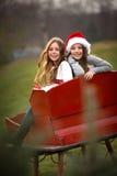 Dwa siostry w Czerwonym saniu fotografia royalty free