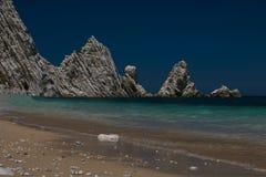 Dwa Siostrzany & x28; Należny Sorelle& x29; zatoka, Conero góra w Adriatic morzu Zdjęcia Royalty Free