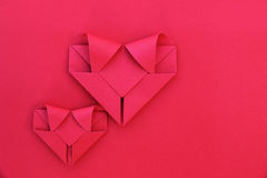 dwa składają czerwieni papierowego serca na czerwieni dla wzoru i tła Obrazy Royalty Free