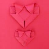 dwa składają czerwieni papierowego serca na czerwieni dla wzoru i tła Zdjęcie Stock