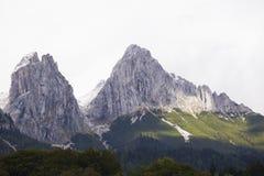 Dwa skalistego szczytu w Alps Zdjęcia Stock